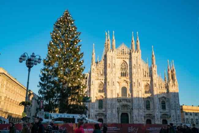 Albero di Natale a Milano in piazza Duomo quanto è alto e quante palle ci sono?
