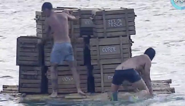 Giulio Base all'Isola dei Famosi perde il costume e mostra il lato B