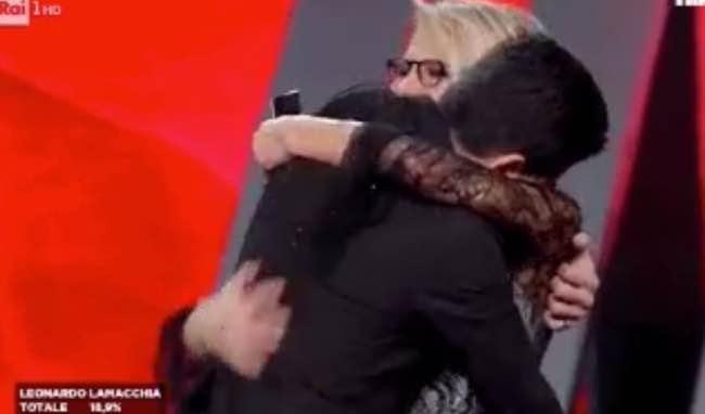 Lele vince Sanremo 2017 giovani abbraccio e lacrime con Maria dietro le quinte