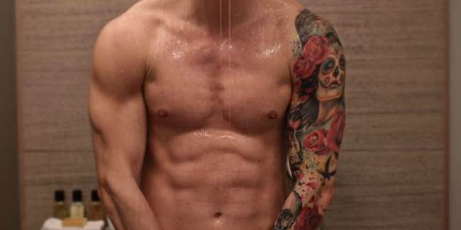 Uomini e donne il corteggiatore moro sotto la doccia senza niente addosso. Lo riconoscete?