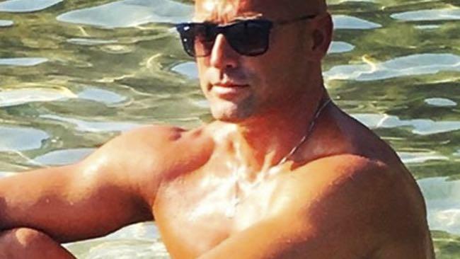 Stefano Bettarini fa il bagno nudo all'isola dei Famosi?