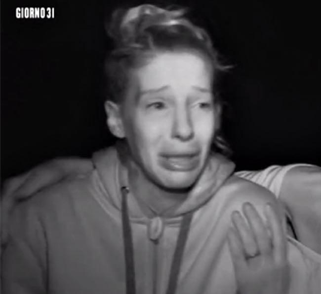 Giulia Calcaterra all'Isola piange disperata per il suo fidanzato che scrive alla produzione