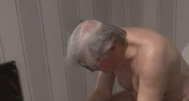 Vittorio Sgarbi nudo e seduto sul cesso Le iene colpiscono ancora
