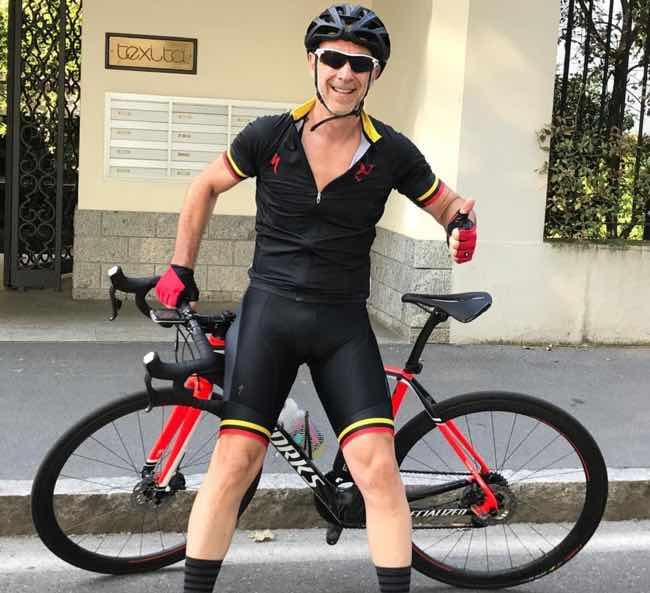 Linus di Radio Deejay in bicicletta pantaloncini stretti e fisico asciutto