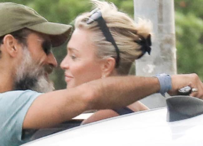 Paola Barale mostra il suo bel seno a Ibiza e Raz sta a guardare