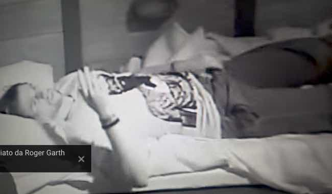 Luca Onestini al Grande Fratello Vip si tocca nel letto