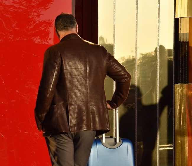 Raoul Bova pronto con la valigia per entrare al Grande Fratello Vip