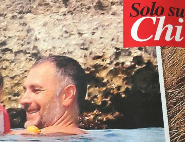 Raoul Bova al mare mostra la pancia ma è sempre bello