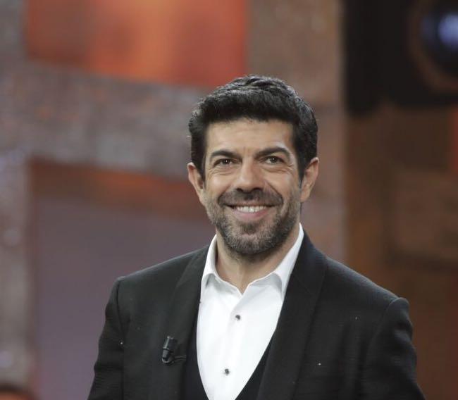 Favino Sanremo 2018 abiti e stilista terza serata del Festival ... 086ed973e09