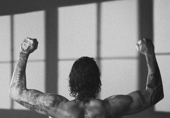 Stefano De Martino uno schiena tonica e tatuata dopo l'allenamento