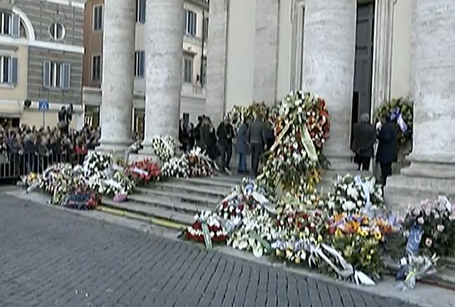 Matrimoni Bassano Romano : Fabrizio frizzi il feretro a roma e la sepoltura a bassano romano