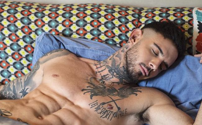 Lucas Peracchi di Uomini e donne ci regala cultura e foto hot
