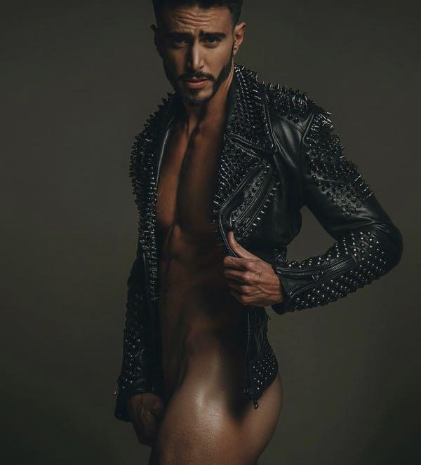 Marco Ferri nudo all'isola da influencer a naufrago tutto muscoli