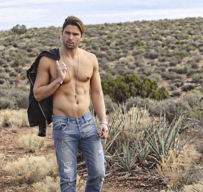 Luca Onestini in Arizona mostra il fisico come un cowboy