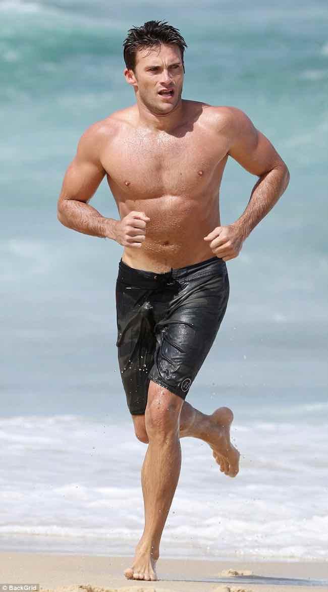 Scott Eastwood il figlio di Clint mostra muscoli e fisico scolpito