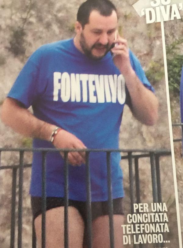 Matteo Salvini in mutande nere sul balcone a Ischia