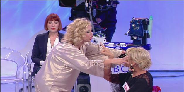 Uomini e donne Tina cerca di spogliare Gemma in diretta, via il reggiseno