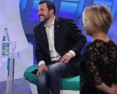 Matteo Salvini guarda Amici, la De Filippi ringrazia ma la Lucarelli lo attacca