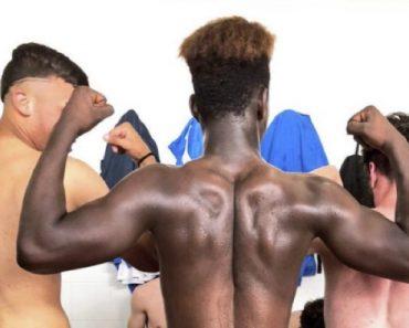 Calciatori Hot negli spogliatoi del Napoli primavera senza mutande