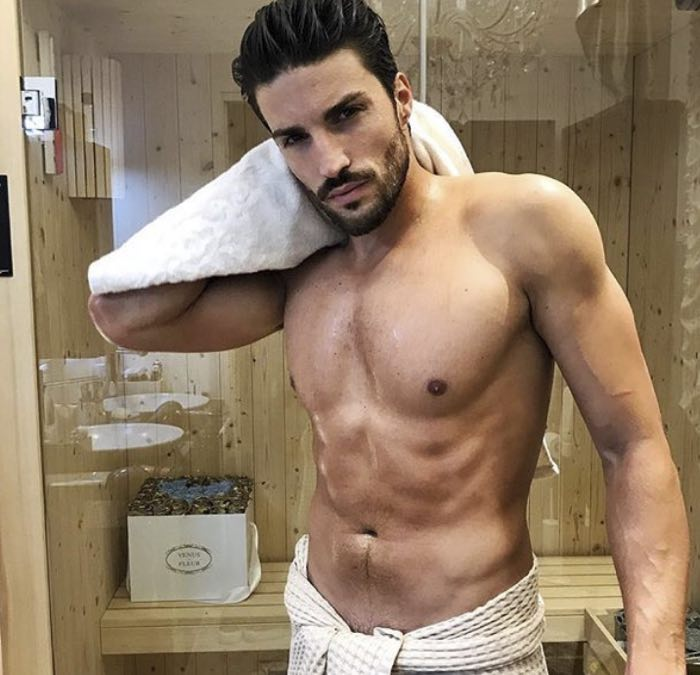 Mariano Di Vaio sotto la doccia ci regala un altro momento indimenticabile