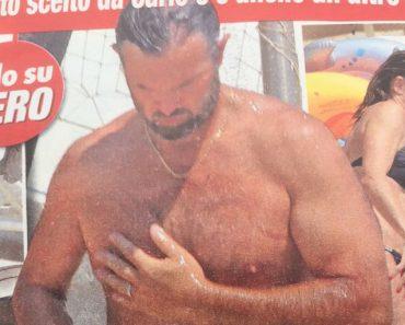 Carlo Cracco in costume di fa la doccia sexy al mare FOTO