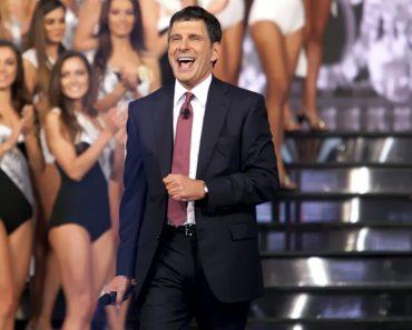 L'omaggio di Miss Italia a Fabrizio Frizzi, pubblico in piedi e tanti applausi
