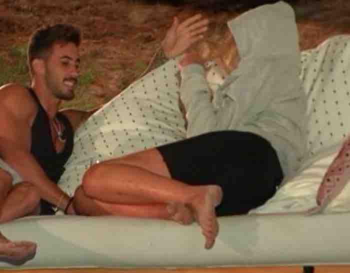 Valeria Marini bacia Ivan il tentatore a Temptation Island Vip e il fidanzato si dispera