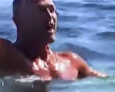 Bettarini a Temptation Island Vip si toglie il costume in acqua e resta nudo