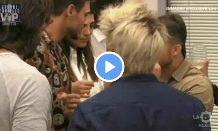 Grande Fratello Vip Francesco Monte bacia in bacia Fabio Basile davanti alla Salemi