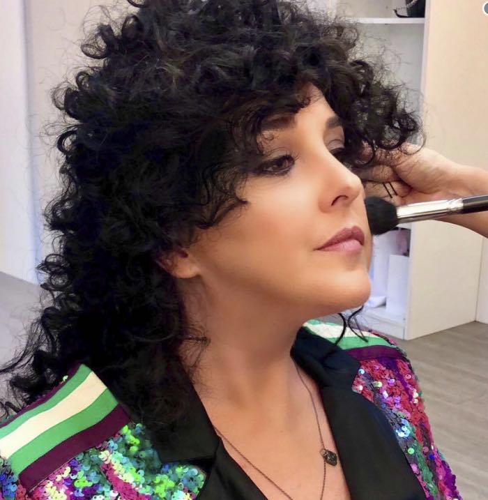 Nadia Toffa con parrucca nera e riccia, cambia look per Le Iene