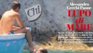 Alessandro Cecchi Paone eliminato dal Grande Fratello Vip bacia il piede di un ragazzo al mare