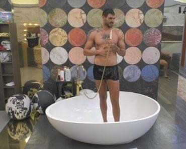 Francesco Monte si fa la doccia al Grande Fratello Vip e si bagnano le mutande