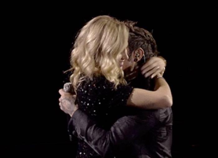 Fedez in lacrime a X Factor mentre canta la canzone al figlio e il bacio con Chiara Ferragni