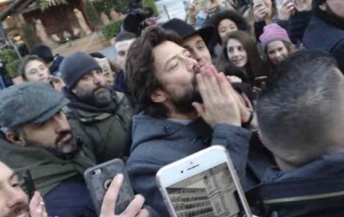 La casa di carta 3 a Firenze l'abbraccio tra Berlino e il professore in presa diretta