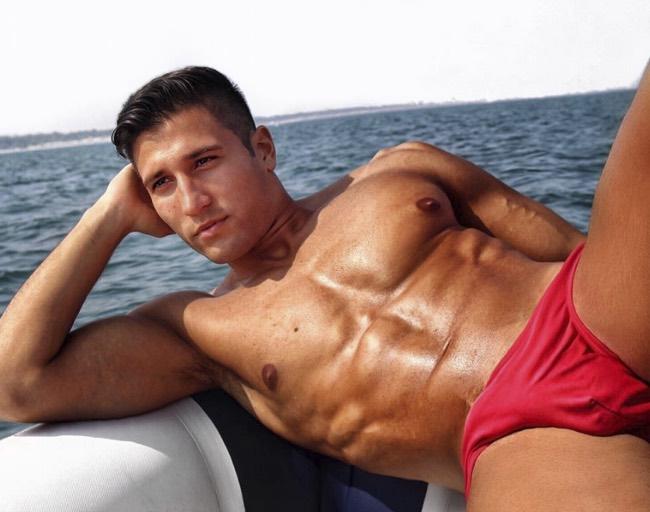 Gianmarco Onestini è single non è fidanzato ma ha un fisico da urlo